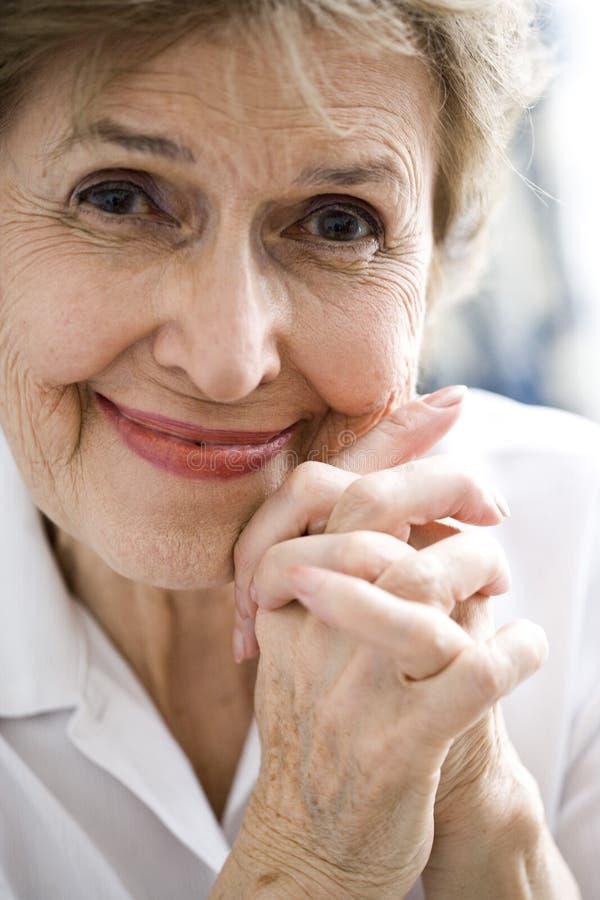 Ευτυχής ηλικιωμένη γυναίκα στοκ φωτογραφία με δικαίωμα ελεύθερης χρήσης