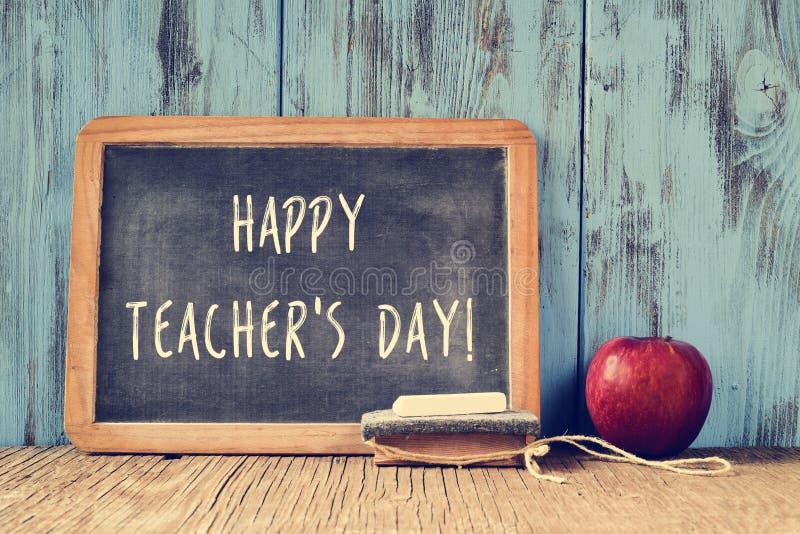 Ευτυχής ημέρα δασκάλων κειμένων που γράφεται σε έναν πίνακα κιμωλίας, αναδρομική επίδραση στοκ εικόνες