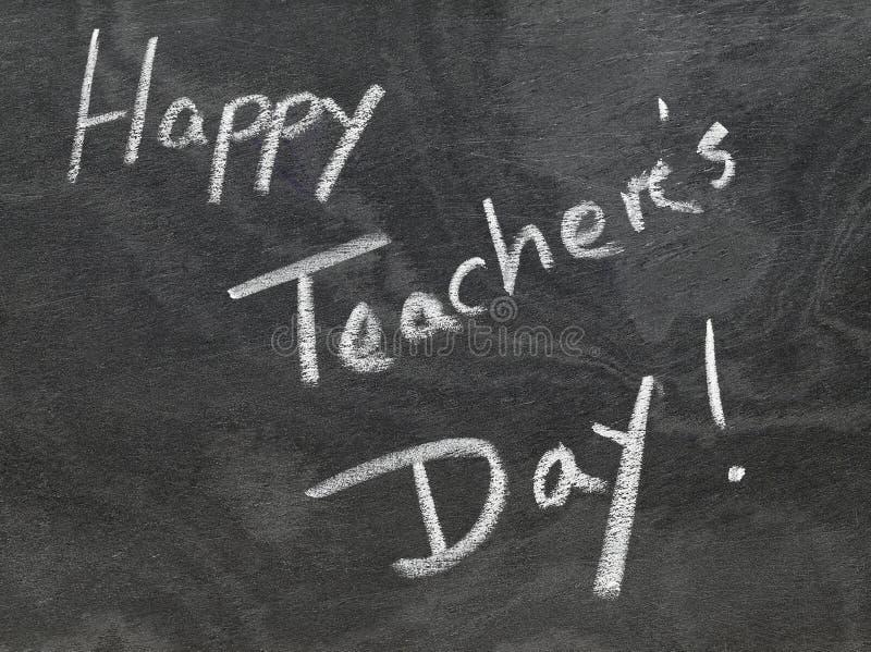 Ευτυχής ημέρα δασκάλων που γράφεται στον πίνακα κιμωλίας στοκ φωτογραφία με δικαίωμα ελεύθερης χρήσης