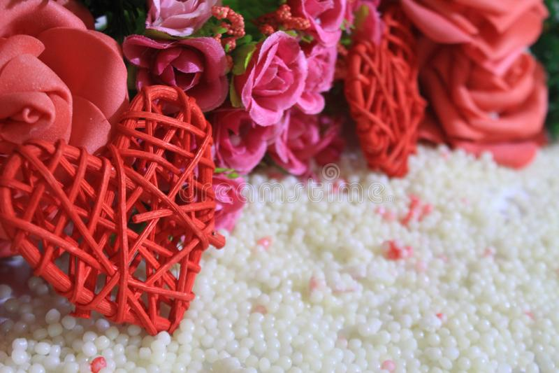 Ευτυχής ημέρα βαλεντίνων με το λουλούδι και τη χλόη διακοσμήσεων photoshoot στοκ εικόνες