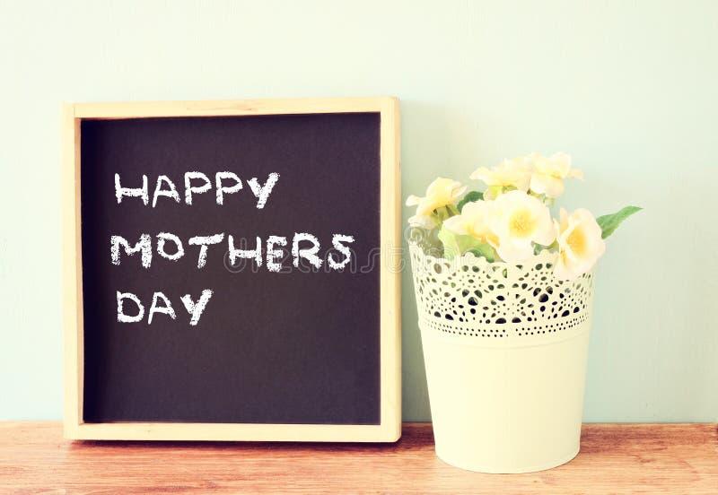 Ευτυχής ημέρα μητέρων που γράφεται στον πίνακα κιμωλίας στοκ εικόνες με δικαίωμα ελεύθερης χρήσης