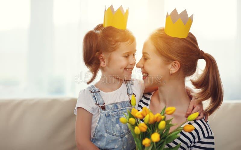 Ευτυχής ημέρα μητέρων ` s! κόρη μητέρων και παιδιών στις κορώνες και με στοκ φωτογραφία