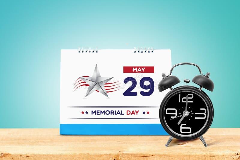 Ευτυχής ημέρα μνήμης 2017 με το ημερολόγιο και το ξυπνητήρι στον ξύλινο πίνακα στοκ φωτογραφίες