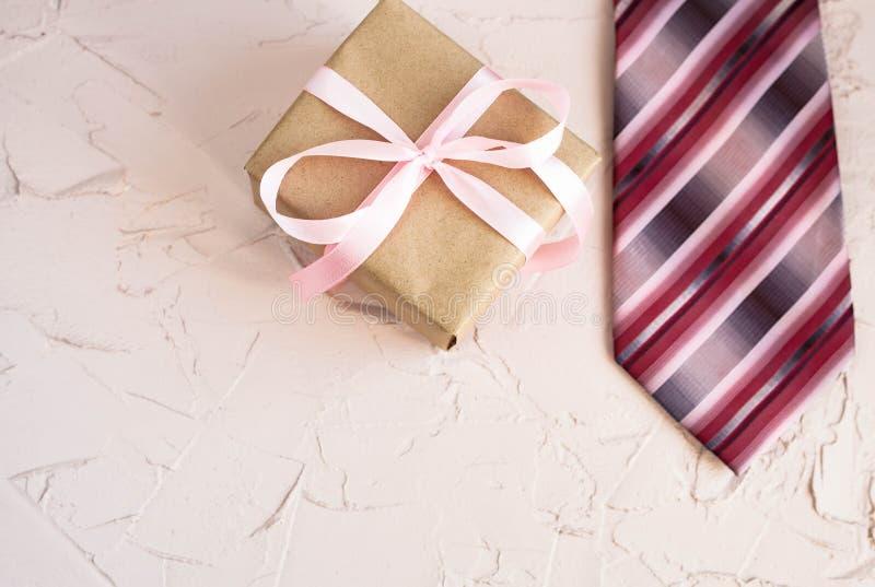 Ευτυχής ημέρα πατέρων με το δεσμό και το ρολόι στο όμορφο υπόβαθρο Συγχαρητήρια και δώρα στοκ φωτογραφίες