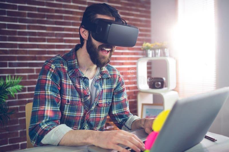Ευτυχής δημιουργικός επιχειρηματίας που φορά τα τρισδιάστατα τηλεοπτικά γυαλιά στο γραφείο στοκ φωτογραφίες με δικαίωμα ελεύθερης χρήσης
