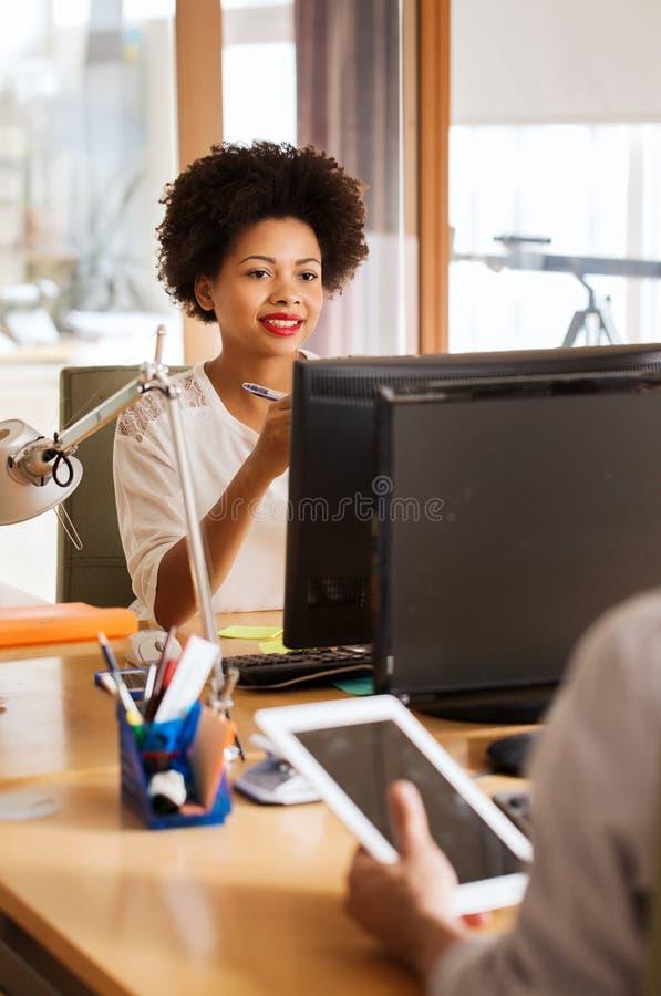 Ευτυχής δημιουργικός εργαζόμενος γραφείων θηλυκών με τον υπολογιστή στοκ φωτογραφία με δικαίωμα ελεύθερης χρήσης
