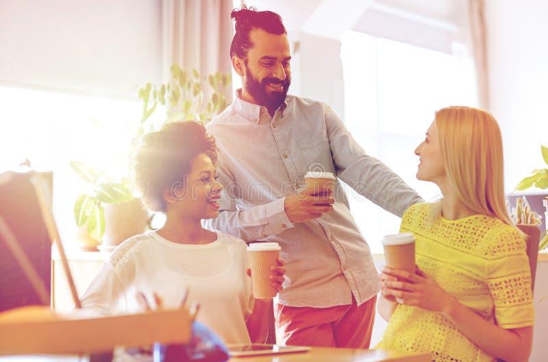 Ευτυχής δημιουργικός καφές κατανάλωσης ομάδων στην αρχή στοκ φωτογραφία με δικαίωμα ελεύθερης χρήσης