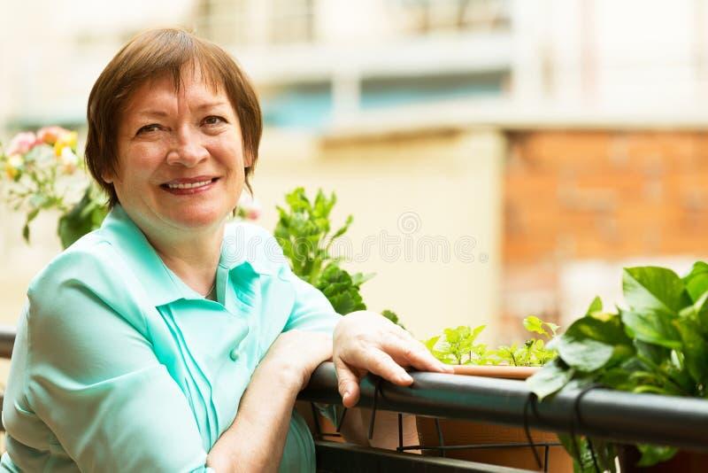 Ευτυχής ηλικιωμένη γυναίκα που απολαμβάνει το συμπαθητικό καιρό στοκ φωτογραφία