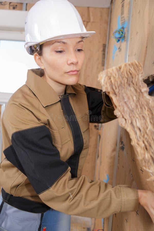 Ευτυχής θηλυκός εργάτης οικοδομών πορτρέτου κινηματογραφήσεων σε πρώτο πλάνο επί του τόπου στοκ εικόνα