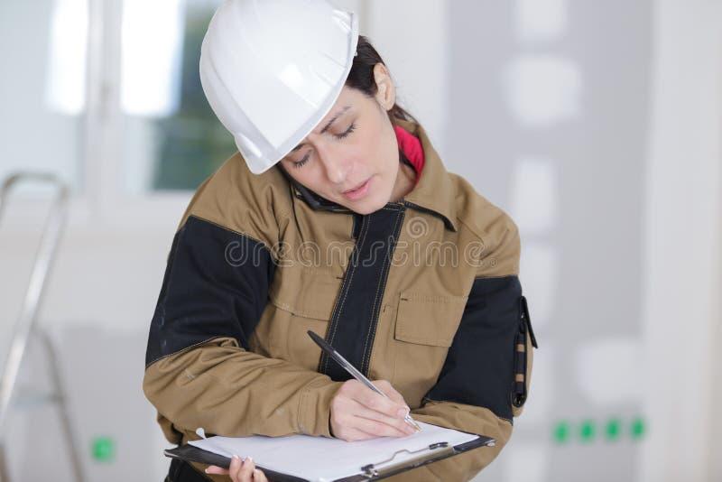 Ευτυχής θηλυκός μηχανικός κατασκευής που μιλά στο κινητό τηλέφωνο στοκ εικόνες με δικαίωμα ελεύθερης χρήσης