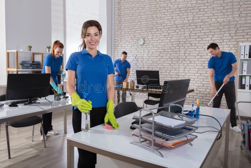 Ευτυχής θηλυκός Janitor στην αρχή στοκ εικόνες με δικαίωμα ελεύθερης χρήσης