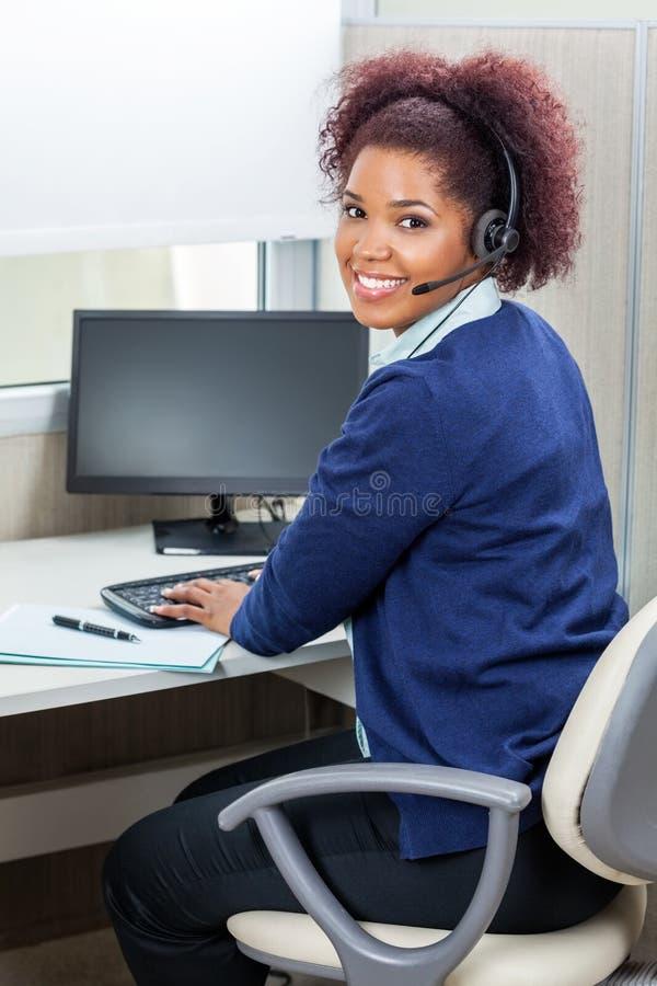 Ευτυχής θηλυκή εκτελεστική χρησιμοποίηση εξυπηρέτησης πελατών στοκ εικόνες με δικαίωμα ελεύθερης χρήσης