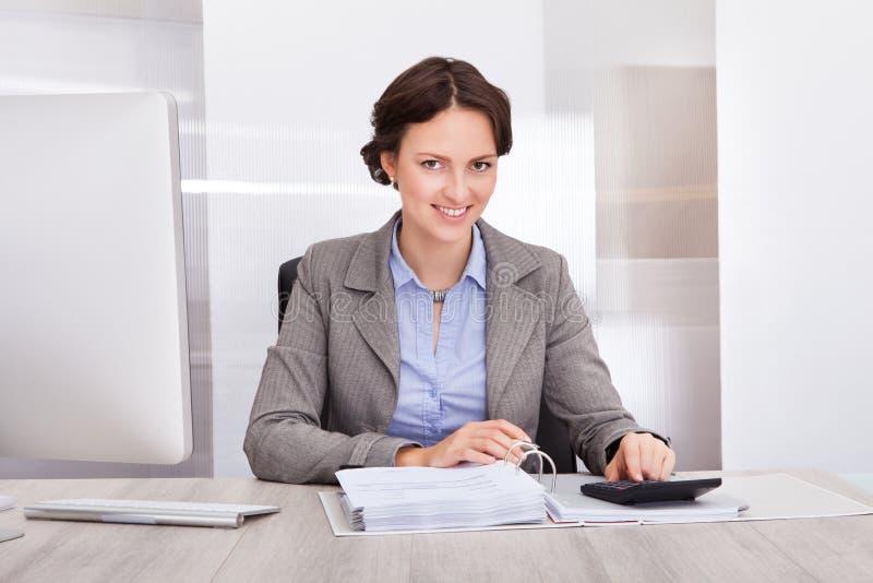 Ευτυχής θηλυκός λογιστής στοκ εικόνα με δικαίωμα ελεύθερης χρήσης