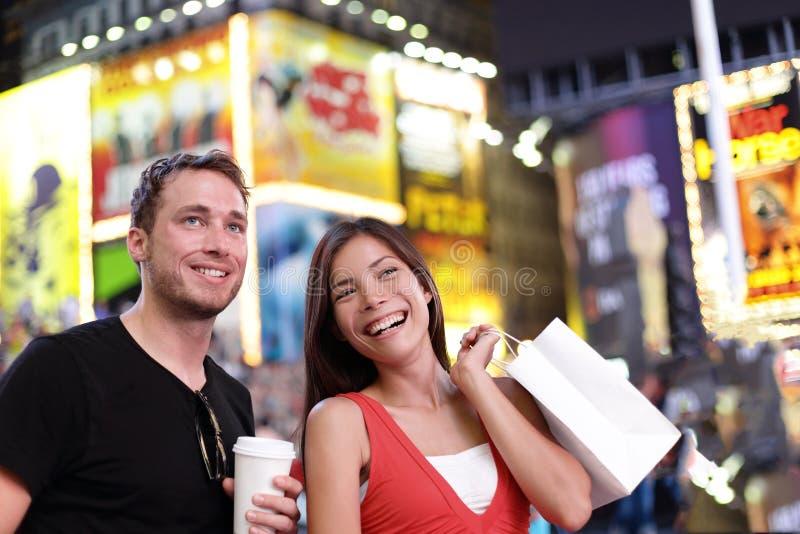 Ευτυχής διασκέδαση αγορών ζευγών στο ταξίδι πόλεων της Νέας Υόρκης στοκ εικόνες