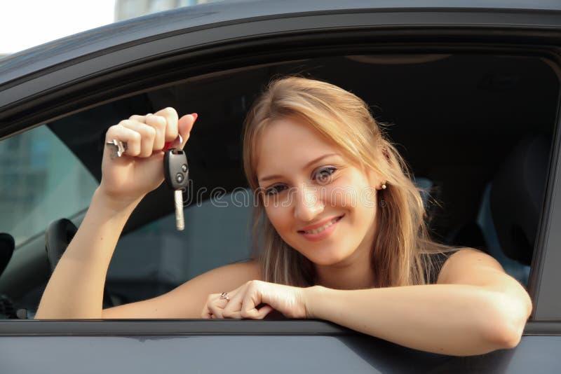 Ευτυχής ιδιοκτήτης ενός νέου αυτοκινήτου στοκ εικόνα με δικαίωμα ελεύθερης χρήσης