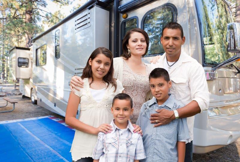 Ευτυχής ισπανική οικογένεια μπροστά από το όμορφο rv τους στο στρατόπεδο στοκ φωτογραφία με δικαίωμα ελεύθερης χρήσης