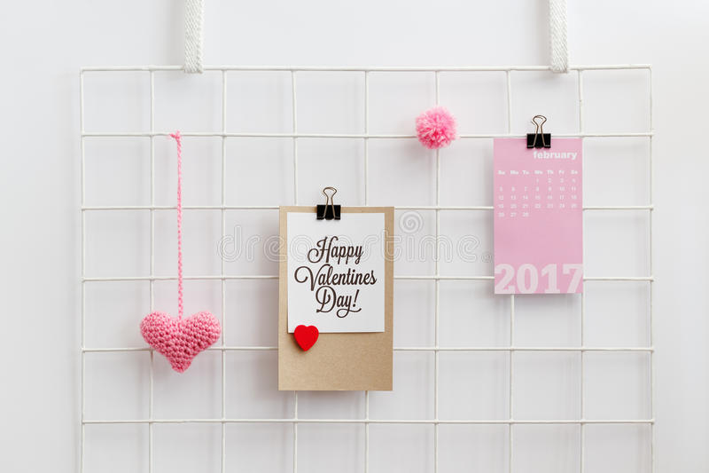 Ευτυχής κάρτα ημέρας βαλεντίνων ` s σε έναν διοργανωτή πλέγματος τοίχων στοκ εικόνες