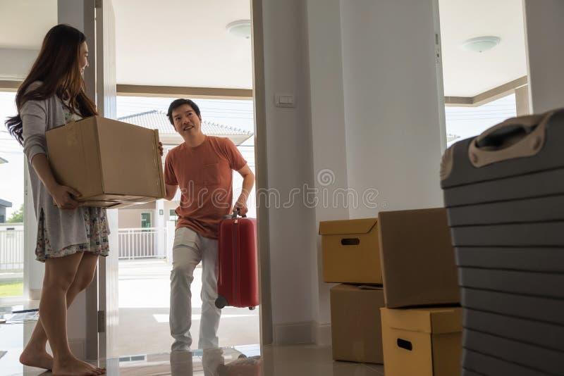 Ευτυχής κίνηση ζευγών προς το καινούργιο σπίτι στοκ φωτογραφίες