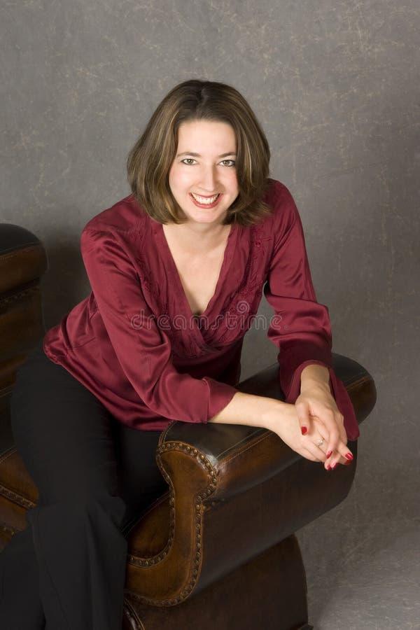 ευτυχής καθισμένη γυναίκ στοκ εικόνες