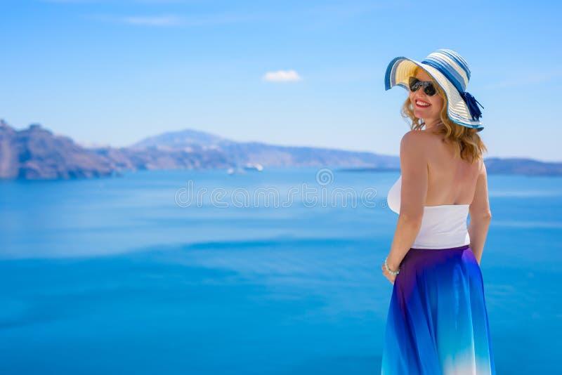 Ευτυχής και όμορφη γυναίκα που υπερασπίζεται τη θάλασσα Meditarian στοκ εικόνες