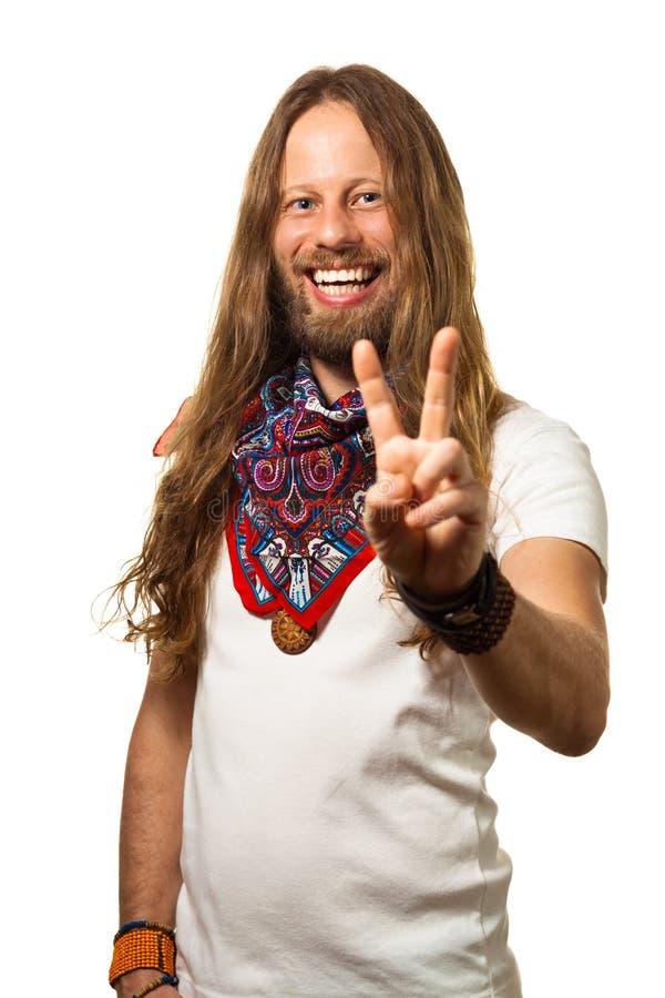 Ευτυχής και όμορφος τύπος που δίνει ένα σημάδι ειρήνης. στοκ εικόνα
