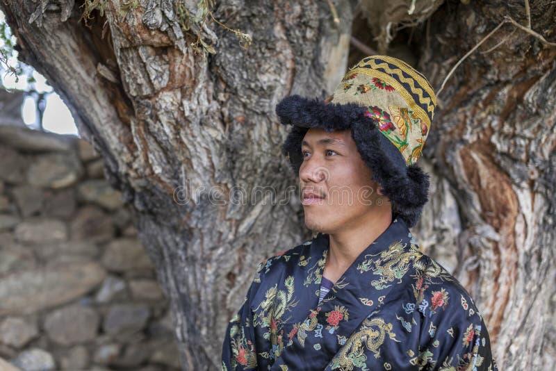 Ευτυχής και hansome νεαρός άνδρας στο φόρεμα tradtional στοκ εικόνες με δικαίωμα ελεύθερης χρήσης