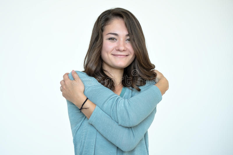 Ευτυχής καυκάσια γυναίκα που αγκαλιάζεται με το φυσικό συναισθηματικό πρόσωπο απόλαυσης στοκ φωτογραφία με δικαίωμα ελεύθερης χρήσης