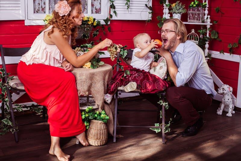Ευτυχής καυκάσια οικογένεια στοκ φωτογραφίες