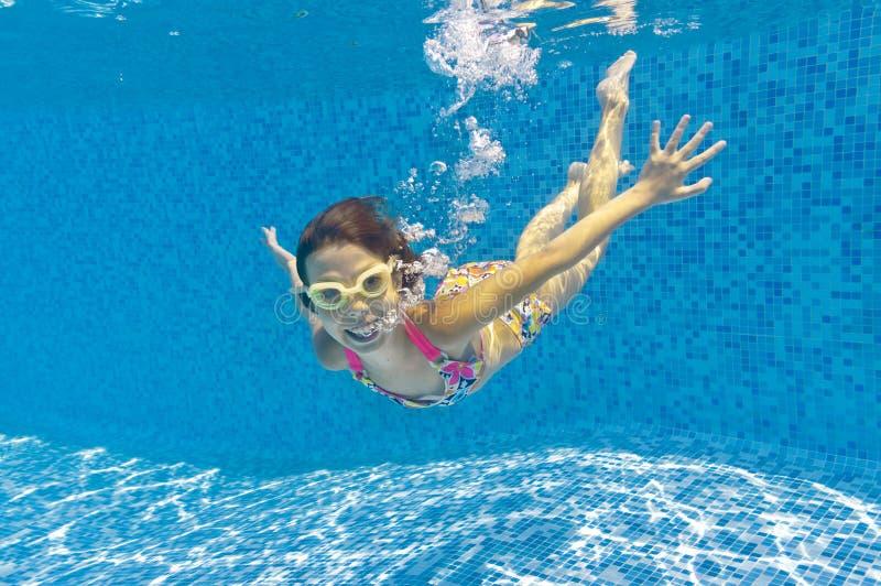 ευτυχής κολύμβηση χαμόγ&epsil στοκ εικόνα