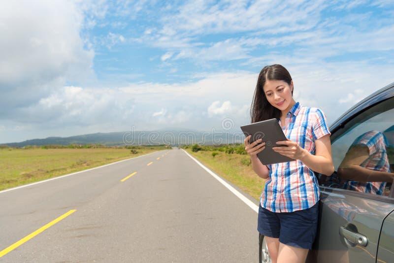 Ευτυχής κομψός θηλυκός τουρίστας που στέκεται δίπλα στο αυτοκίνητο στοκ εικόνες με δικαίωμα ελεύθερης χρήσης