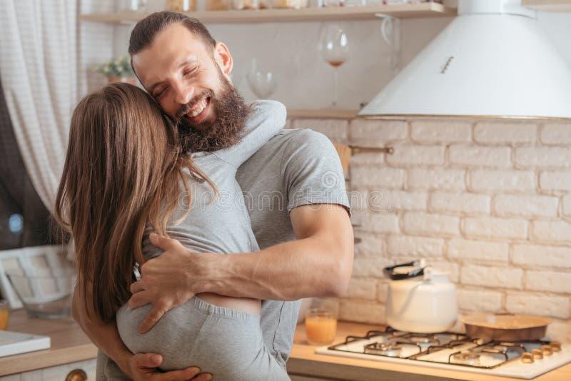 Ευτυχής κόρη οικογενειακών πατέρων αγκαλιάσματος καληνύχτας στοκ εικόνες με δικαίωμα ελεύθερης χρήσης