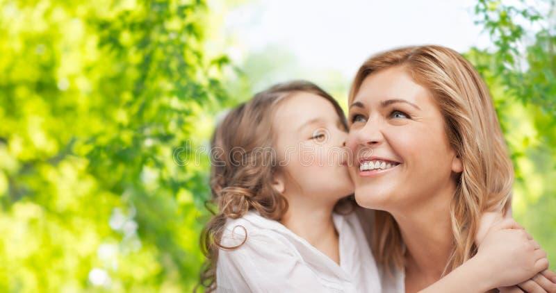 Ευτυχής κόρη που αγκαλιάζει και που φιλά τη μητέρα της στοκ φωτογραφία με δικαίωμα ελεύθερης χρήσης