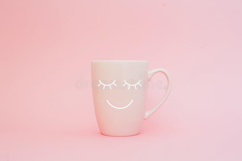 Ευτυχής λέξη Παρασκευής Φλιτζάνι του καφέ στο ρόδινο υπόβαθρο με το πρόσωπο χαμόγελου στην κούπα Έννοια για την αγάπη και τη σχέσ στοκ φωτογραφία με δικαίωμα ελεύθερης χρήσης