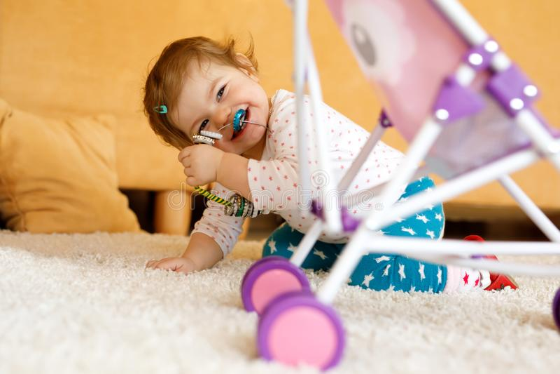 Ευτυχής λίγη δορά παιχνιδιού κοριτσάκι μικρών παιδιών - και - επιδιώκει στο σπίτι Παιδί που έχει τη διασκέδαση με τους γονείς ή τ στοκ φωτογραφία με δικαίωμα ελεύθερης χρήσης