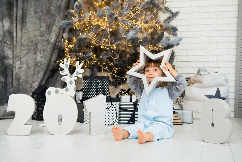 Ευτυχής λίγο αστέρι Νέο έτος 2018, Χριστούγεννα Χαμογελώντας αστείο κοριτσάκι δύο ετών παιδιών στοκ εικόνα