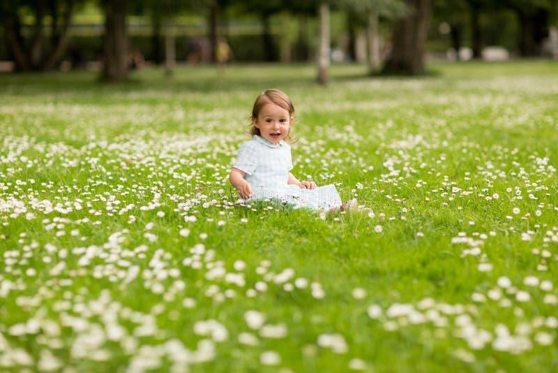 Ευτυχής λίγο κοριτσάκι στο πάρκο το καλοκαίρι στοκ εικόνα με δικαίωμα ελεύθερης χρήσης
