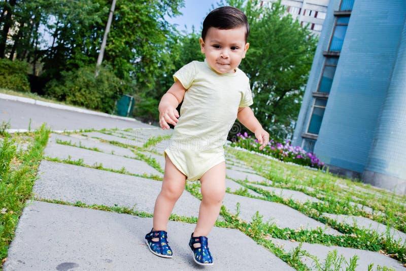 Ευτυχής λίγο λατινικό περπάτημα αγοριών στοκ εικόνα με δικαίωμα ελεύθερης χρήσης