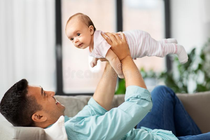 Ευτυχής μέσος ηλικίας πατέρας με το μωρό στο σπίτι στοκ φωτογραφία με δικαίωμα ελεύθερης χρήσης