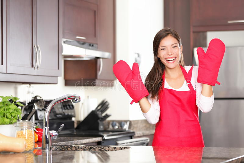 Ευτυχής μαγειρεύοντας γυναίκα ψησίματος στοκ φωτογραφίες