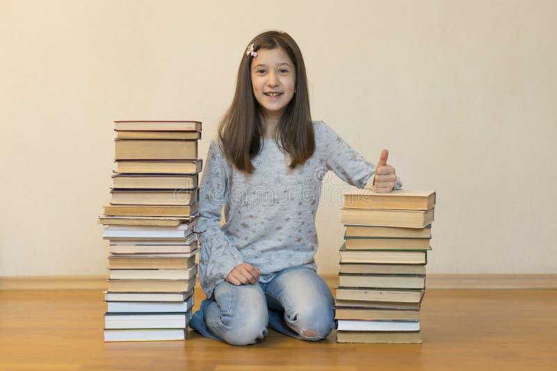 Ευτυχής μαθήτρια με τα βιβλία στο δωμάτιο στοκ εικόνα με δικαίωμα ελεύθερης χρήσης