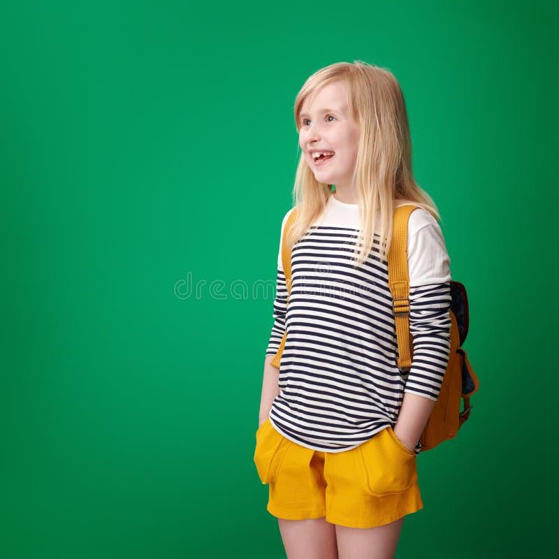 Ευτυχής μαθητής που εξετάζει το διάστημα αντιγράφων στο πράσινο κλίμα στοκ εικόνες