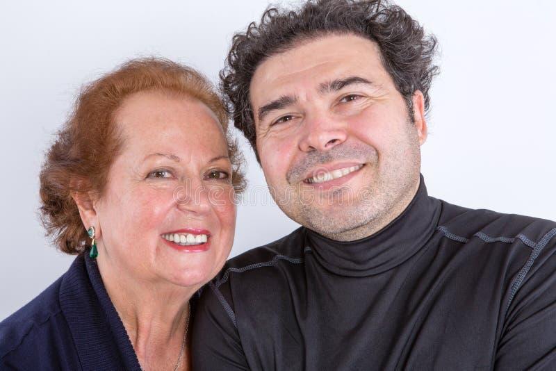 Ευτυχής μητέρα με τον ενήλικο γιο στοκ εικόνες με δικαίωμα ελεύθερης χρήσης