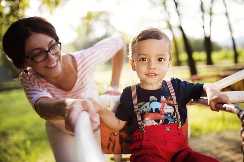Ευτυχής μητέρα με το γιο της στοκ φωτογραφίες