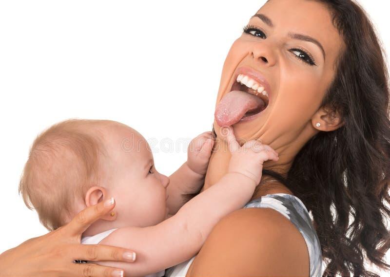 Ευτυχής μητέρα με το παιχνίδι κοριτσάκι που απομονώνεται μαζί στοκ φωτογραφίες