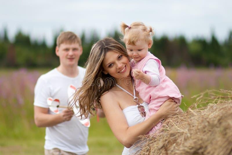 ευτυχής μητέρα πατέρων κορ στοκ εικόνα με δικαίωμα ελεύθερης χρήσης