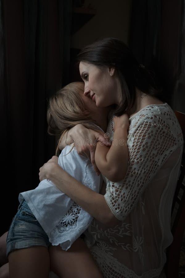 Ευτυχής μητέρα που αγκαλιάζει την λίγη κόρη στοκ εικόνα με δικαίωμα ελεύθερης χρήσης