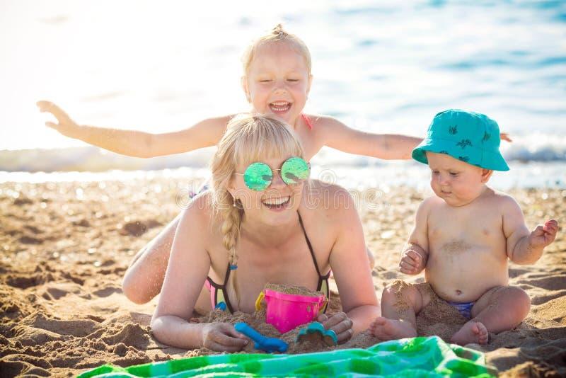 Ευτυχής μητέρα που στηρίζεται στη θάλασσα με την κόρη της στοκ φωτογραφίες