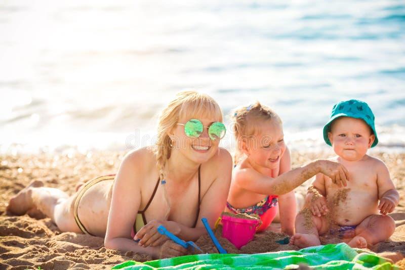 Ευτυχής μητέρα που στηρίζεται στη θάλασσα με την κόρη της στοκ εικόνα με δικαίωμα ελεύθερης χρήσης