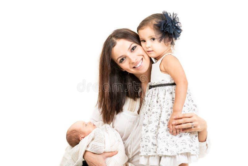 Ευτυχής μητέρα την κόρη και το νεογέννητο μωρό που απομονώνονται με στοκ φωτογραφίες