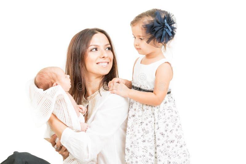 Ευτυχής μητέρα την κόρη και το νεογέννητο μωρό που απομονώνονται με στοκ εικόνες